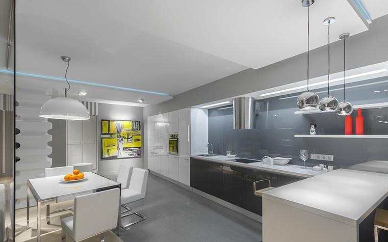 <p>Автор проекта: Марина Кутузова.</p> <p>В минимализме этой кухни лимонно-желтое пятно картины придает интерьеру динамику.</p>