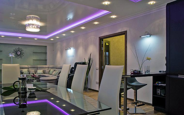 <p>Автор проекта: Анастасия Киселева.</p> <p>При монтаже натяжных потолков нередко демонстрируется включенная закарнизная подсветка. Для неё чаще всего используется светодиодная лента, которая не нагревается и имеет длительный срок службы.</p>