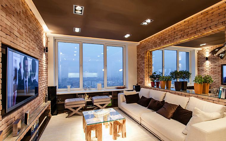 <p>Автор проекта:  Архитектурное бюро Studio-TA.</p> <p>Интерьер маленькой гостиной в стиле лофт легко увеличить за счет большого зеркала и огромного панорамного окна.  На верхних этажах вам не понадобятся ни шторы, ни жалюзи. Небо, солнце и звезды прибавят вашей маленькой гостиной дополнительного объема.</p>