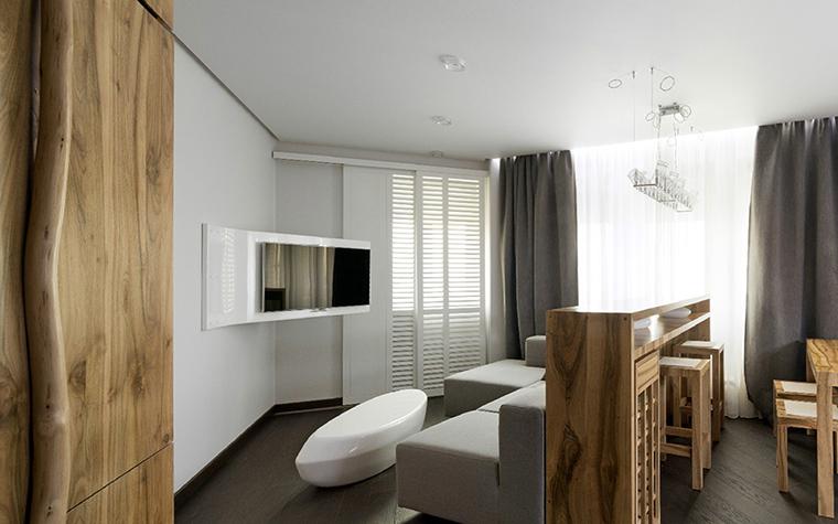 <p>Автор проекта: проектное бюро &laquo;РЫНТОВТ-ДИЗАЙН&raquo;.</p> <p>Маленькую гостиную комнату&nbsp; в стиле эко-люкс предпочтительнее оформить в серо-бежевых тонах.  Любое дерево здесь будет уместно.  Мебельные формы рифмуются с  формами природными, что вполне соответствует выбранному эко-стилю. Добавьте шторы, лучше фактурные, в летний сезон они могут быть льняными.</p>