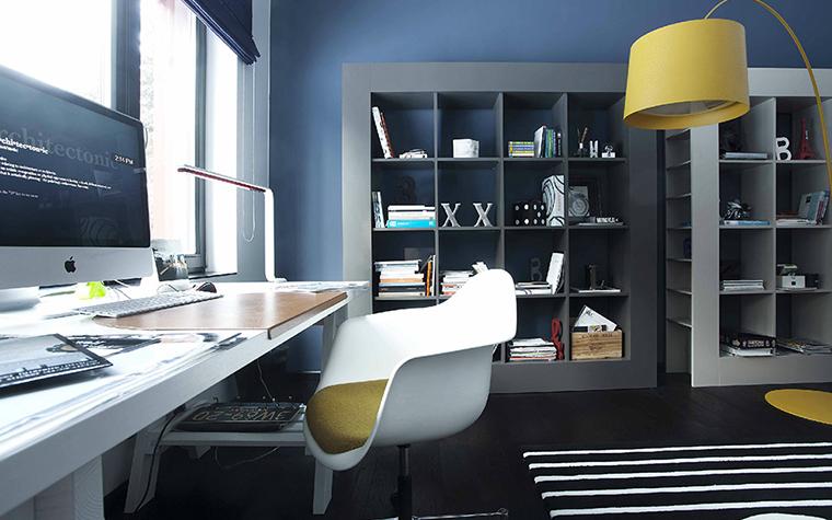 <p>Автор проекта: Litinskiene Goda</p> <p>Рабочий кабинет оформлен стильно и модно. Там все дизайнерское: мебель, свет и текстиль. Протяженный стол, расположенный вдоль панорамных окон, книжные стеллажи с квадратными ячейками, ярко-желтый светильник, бело-желтое кресло, полосатый ковер. &nbsp;В черно-белом интерьере они смотрятся очень эффектно.</p> <p>&nbsp;</p>