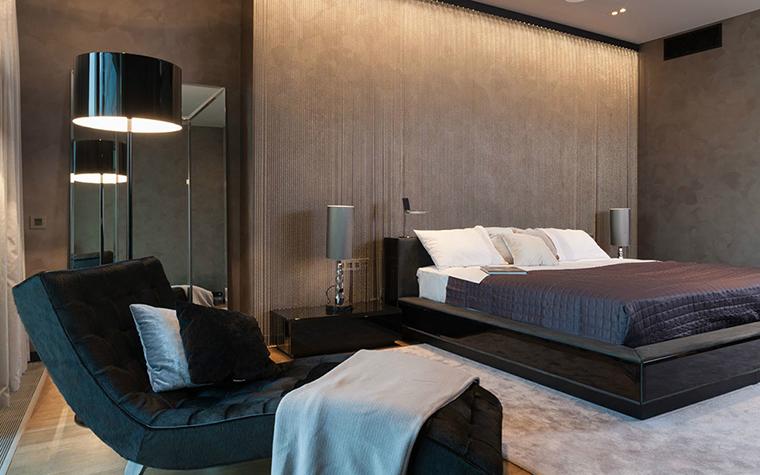 <p>Автор проекта: Selva-style</p> <p>Темная мебель спальни и темный фон подсвечены разным светом.&nbsp; Светильники создают дополнительную игру теней.</p>