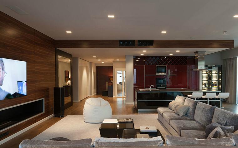 <p>Автор проекта: Selva-style</p> <p>Встроенные светильники расположились по всему потолку общей зоны гостиной-столовой, включая холл и прихожую. Это очень удобно. Каждую зону можно осветить отдельно. </p>