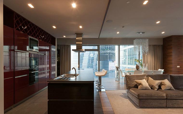 <p>Автор проекта: дизайн-студия Selva-style.&nbsp;</p> <p>За счет огромных окон и стеклянных дверей кухонно-гостиная зона получает дополнительный свет. Его много.</p>