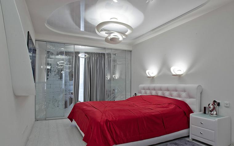 <p>Автор проекта: дизайн-студия iCONCEPT.</p> <p>Абсолютно элементарный способ создания модного красно-белого интерьера - поменять белое покрывало кровати на алое покрывало. Оттенки красного неограничены.</p>