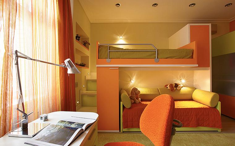 <p>Автор проекта: Вера Герасимова Фотограф: Лившиц Дмитрий</p> <p>За счет большого количества оранжевого цвета, которым окрашены в этом интерьере корпусная и мягкая мебель, а также многослойные шторы, появляется интересный эффект. Создается полное ощущение, что комната залита солнечным светом.</p>