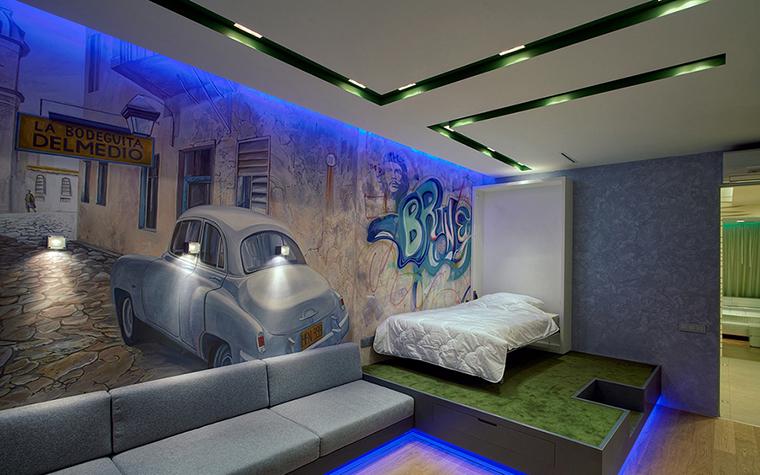 <p>Автор проекта: дизайн-студия ART Studio Design&amp;Construction.&nbsp;</p> <p>Детская комната для мальчика выдержена в синих тонах. Синяя неоновая подсветка и урбанистические фотобои&nbsp; -&nbsp; это тренд сезона. Детскую комнату тоже можно сделать остромодной. </p>