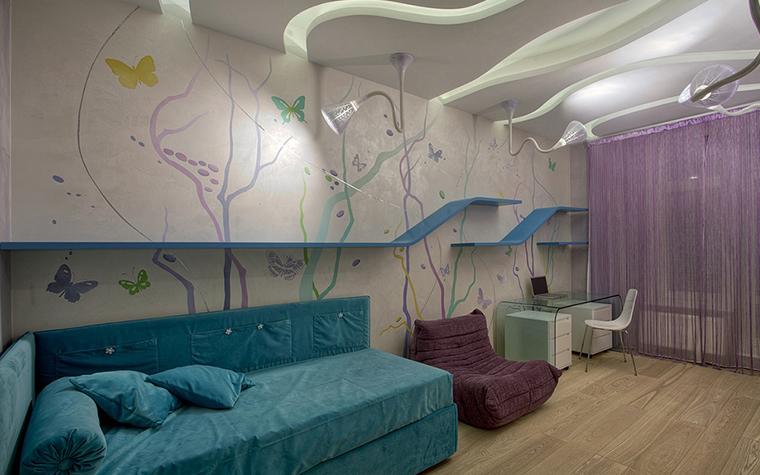 <p>Автор проекта: Design &amp; Construction ART Studio</p> <p>Интерьер детской комнаты выглядит очень романтично. Стены расписаны в духе аниме, поверх росписи бегут <a href=http://www.360.ru/Catalog/mebel/detskaja-mebel/detskie-stellazhi/>стеллажи</a>-горки, тут и волнистые потолки и оригинальные светильники, а также нежный колорит из светло бирюзовых и сиреневых тонов. &nbsp;</p>