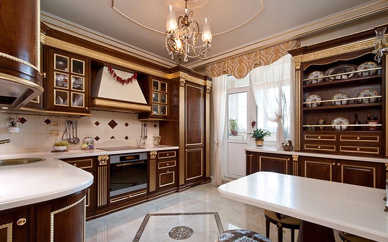 <p>Автор проекта: дизайн-студия &quot;АвКубе&quot;. Фотограф: Александр Камачкин.&nbsp;</p> <p>Эта кухня построена также по всем правилам классического интерьера. Правда классика здесь - с итальянским акцентом. </p>