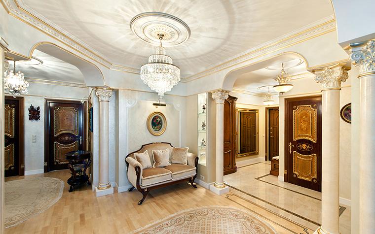 <p>Автор проекта: Дизайн студия АвКубе. Фотограф: Александр Камачкин&nbsp;</p> <p>Декоративные колонны, имитирующие коринфский стиль, в данном интерьере, отделяют зону гостиной от холла и прихожей. Ход распространенный.</p>