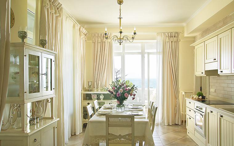 <p>Автор: Вера Герасимова.  Фотограф: Дмитрий Лившиц</p> <p>Кухня, соединенная со столовой, имеют выход на открытую террасу с видом на морской пейзаж. Интерьер отделен от террасы-балкона высокими стеклянными перегородками, не загораживающими прекрасный вид.</p>