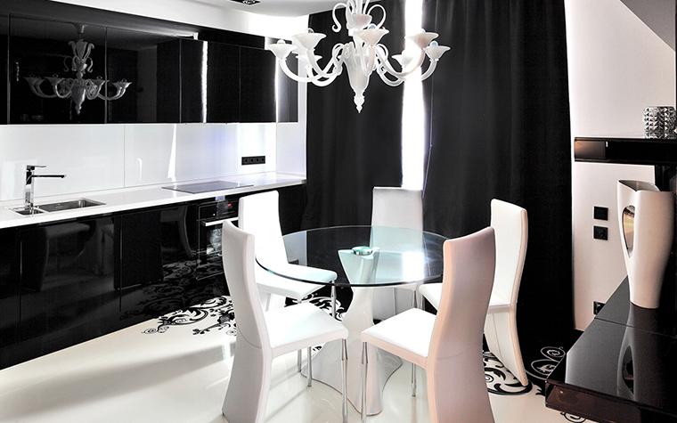 <p>Автор проекта: студия дизайна Geometrix. Фотограф: Зинон Разутдинов.</p> <p>Стереометрия этой кухни-столовой продумана до мельчайшей детали, до линии. Здесь все важно, и смесители, и чайники, и люстры, и столы-<a href=http://www.360.ru/Catalog/kuhni/mebel-dlya-kuhni/obedennye-stulya-dlya-kuhni/>стулья</a>.</p>