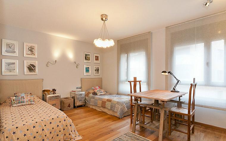 <p>Автор проекта: Маргарита Кашина</p> <p>Благодаря светлым отделкам стен, деревянному полу, а также большим окнам и комплекту рабочей мебели из светлого дерева в детской комнате создан легкий и воздушно-пространственный интерьер.&nbsp;</p>