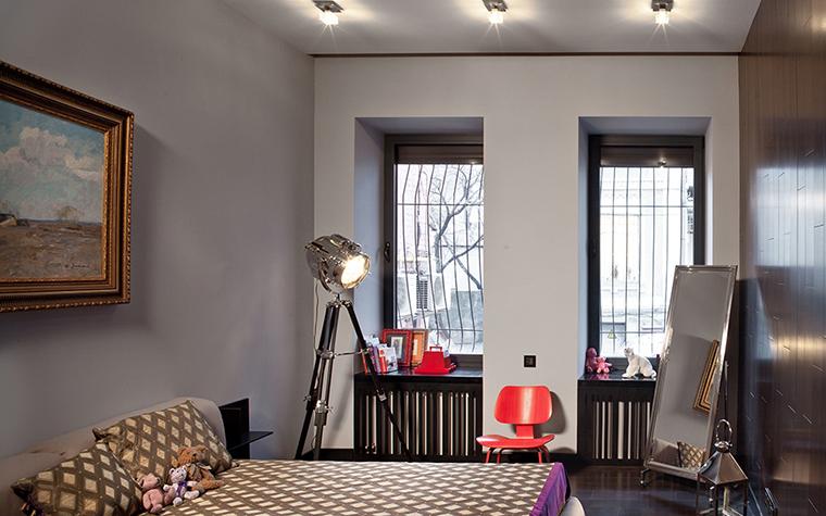 <p>Автор проекта: Сергей Махно.&nbsp;</p> <p>Детская комната оформлена как бы &quot;на вырост&quot;, ее интерьер практически ничем не отличается от взрослой спальни. Спокойный монохром, широкая кровать, классическая живопись на стене.&nbsp; Яркими акцентами в этой серьезной обстановке стали дизайнерский светильник-прожектор и знаменитый красный <a href=http://www.360.ru/Catalog/mebel/detskaja-mebel/stulya-dlya-detey/detskie-styl_a-dla-skol_nikov/>стул</a> от американцев Имзов.&nbsp;</p>