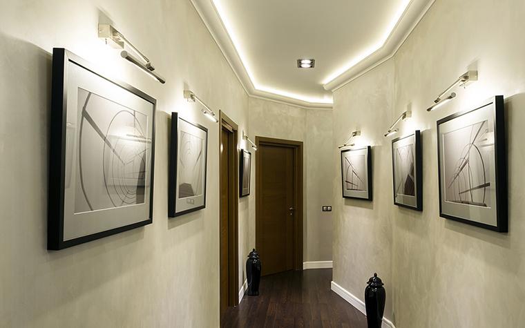 <p>Автор проекта: Варвара Зеленецкая. Фотограф: Виктор Чернышев.&nbsp;</p> <p>Потолочная подсветка с использованием закарнизных светодиодных лент эффектно подчеркнула необычную геометрию длинного узкого коридора.</p>