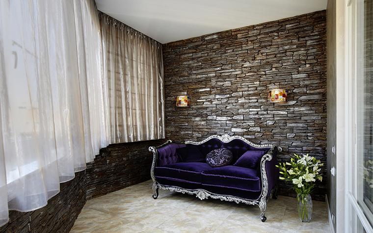<p>Автор проекта: Кислякова Елена</p> <p>Просторная лоджая за счет мебели и отделок превращена в стильную гостиную. Пол отделан крупноформатной плиткой, панорамные окна задрапированы двухслойной органзой, на фоне фактурной стены, имитирующей кирпичную кладку, эффектно выглядит фигурный диван, обитый фиолетовым бархатом. </p>