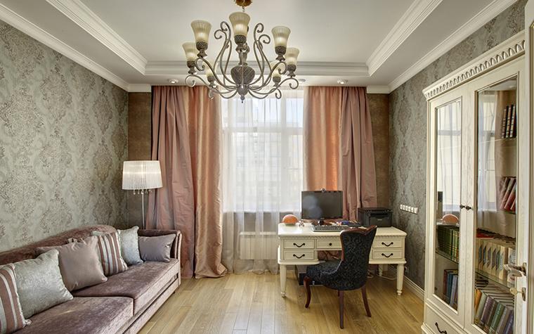 <p>Автор проекта: Кислякова Елена</p> <p>Кабинет оформлен в стиле современной классики и в благородной серо-розовой гамме.&nbsp; Вся мебель расставлена вдоль стен с узорными обоями, а стол с ящиками расположился напротив задрапированного окна.&nbsp; </p>