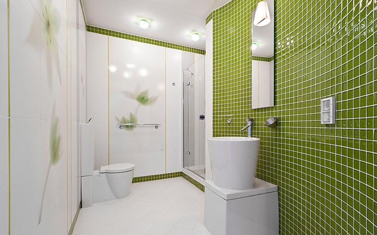 <p>Автор проекта: Sky Gallery&nbsp; Фотограф: Алексей Камачкин</p> <p>Интерьер ванной комнаты выглядит ярко и стильно. Он построен на контрасте белого и зеленого. Одна из стен отделана керамической плиткой цвета лесной зелени, в мелкую белую клетку. Чтобы поддержать природную тему, белые глянцевые стены декорировали изображением нежных белых нарциссов.</p> <p>&nbsp;</p>