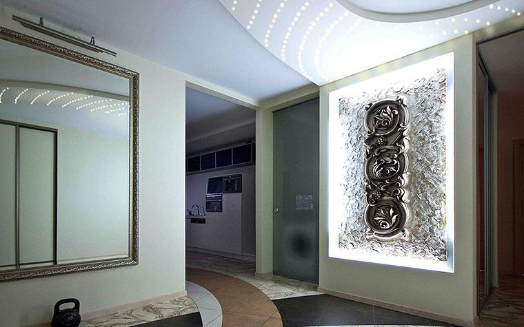 <p>Автор проекта: Вера Белова.&nbsp;</p> <p>Сложносочиненное пространство интерьера прихожей продолжается в других комнатах. </p>