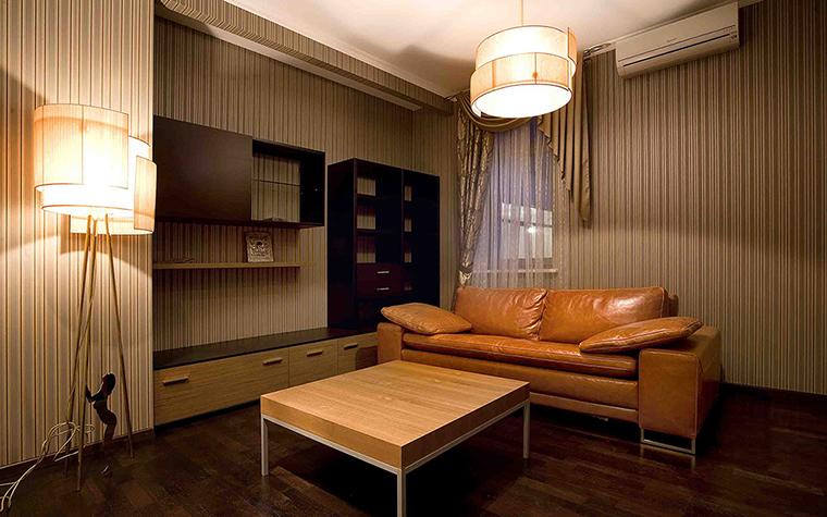 <p>Автор проекта: Вера Белова</p> <p>Кабинет с зоной гостиной оформлены в единой цветовой гамме теплых коричнево-бежевых тонов. Одноцветные обои с вертикальными полосами создают эффект рельефной поверхности. На их фоне выразительно смотрится кожаный диван рыжего цвета.&nbsp;</p>