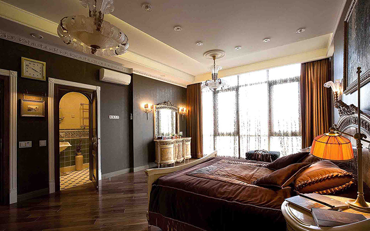 Интерьер спальни с двумя окнами