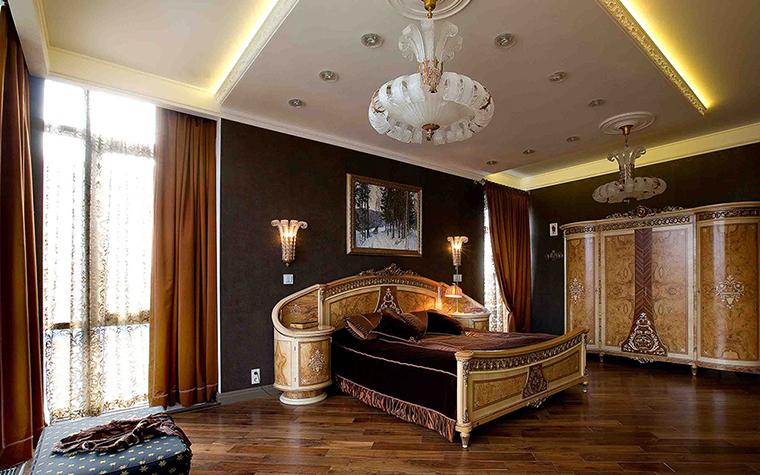 <p>Автор проекта: Вера Белова.&nbsp;</p> <p>Окна в этой спальне расположены напротив друг друга, что делает это пространство по-царски пышным. Разумеется, стилю соответствует и мебель, и декор.</p>