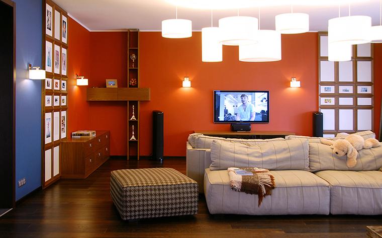 <p>Автор проекта: ZED_architects</p> <p>В данном случае, точечные накладные светильники расположены по периметру стен гостиной. Дизайн можно менять по желанию. С накладными светильниками такое делать легко.</p>