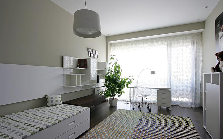 <p>Автор проекта: Azovskiy &amp; Pahomova architects</p> <p>Воздушный и прозрачный интерьер создан с помощью светлого монохрома, минималистичной мебели и хорошего света. Орнаментальный текстиль создает интересную ритмику, а роль цветового акцента сыграла здесь живая зелень. &nbsp;</p>