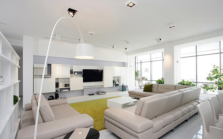 <p>Автор проекта: Олег Азовский Azovskiy &amp; Pahomova architects</p> <p>Белый интерьер этой гостиной хорошо освещен и солнцем, и электричеством. Большое количество точечных светильников на потолке и огромные окна тому способствуют.</p>