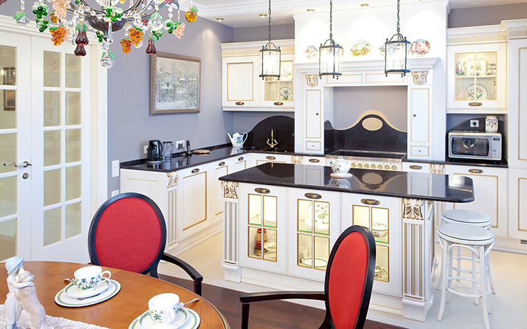 <p>Автор проекта: архитектурно-строительная компания &laquo;Легэ-Артис&raquo;. Фотограф: Андрей Хроленок.</p> <p>В этом случае картина в интерьере кухни играет роль декора, добавленного к общему количеству разнообразных деталей</p>