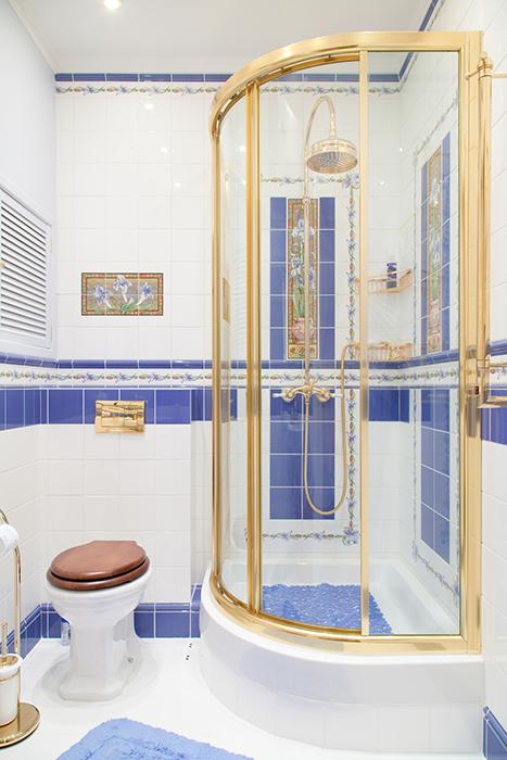 <p>Автор проекта: архитектурно-строительная компания &laquo;Легэ-Артис&raquo;. Фотограф: Андрей Хроленок.</p> <p>Здесь в дизайне душевой комнаты использованы иные цвета. Чистый синий и открытый желтый добавляют в дизайн душевой кабины что-то морское, летнее, свежее.</p>