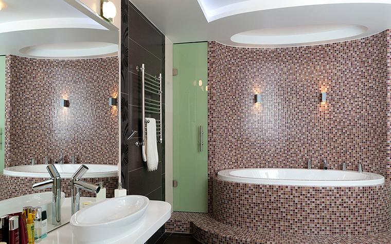 <p>Автор проекта: архитектурно-строительная компания &laquo;Легэ-Артис&raquo;. Фотограф: Андрей Хроленок.&nbsp;</p> <p>В этой ванной комнате мозаичные облицовки использованы по максимуму. Дорогой мозаикой отделаны стены, пол и бортики круглой ванны. </p>