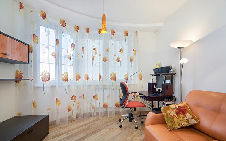 <p>Автор проекта: Легэ-Артис</p> <p>Просторная детская комната наполнена светом и воздухом. Все благодаря большому панорамному окну, светлым отделкам и цветовым акцентам. На фоне белых стен отлично смотрятся диван цвета персика, лампа из золотистого стекла, а также легкие шторы из прозрачного газа с оранжевыми хризантемами.</p>