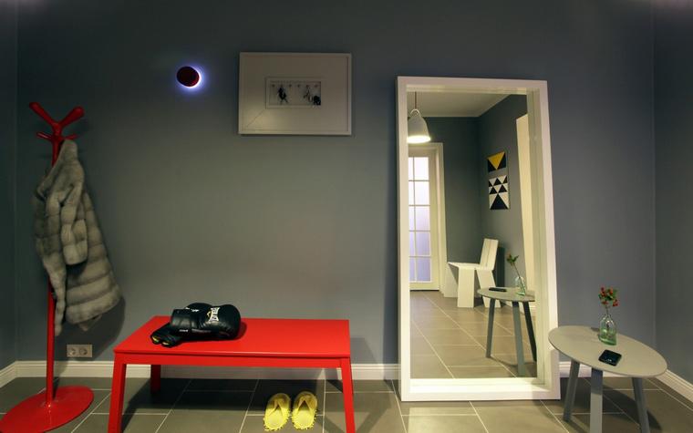 <p>Автор проекта:   MORE DECORE Interior Design &amp; Decoration</p> <p>Серые стены и пол минималистичной прихожей стали отличным фоном для яркой дизайнерской мебели: белого стула-оригами, красной банкетки и забавной вешалки. &nbsp;</p>