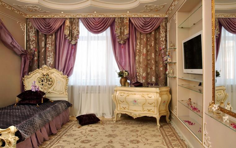 <p>Автор проекта: ARTDEFACTO</p> <p>Интерьер детской комнаты явно призван развивать классический вкус у его обитателей. Комод в стиле французского рококо, кровать с высокой готической спинкой очень этому способствуют.&nbsp;</p>