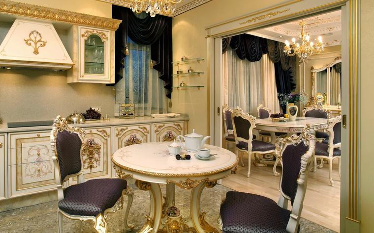 <p>Автор проекта: студия интерьеров ARTDEFACTO.&nbsp;</p> <p>Кухня выстроена в так называемом &nbsp;&quot;дворцовом стиле&quot;.&nbsp; Здесь много белого, золотого, рюшей, ламбрекенов, резьбы.</p>