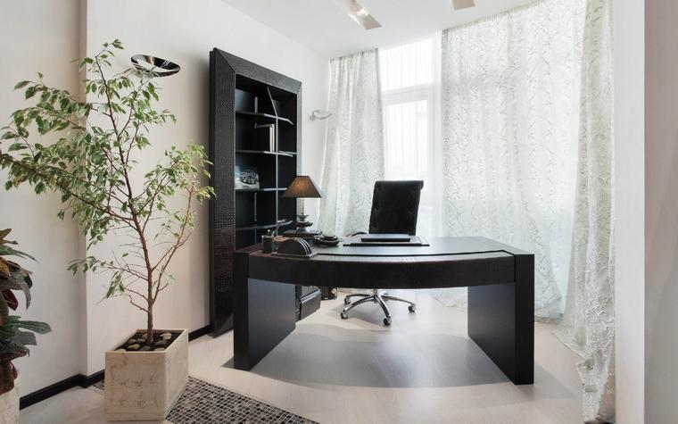 <p>Автор проекта: Елена Остапова.</p> <p>При оформлении кабинета необходимо предельно тщательно подходить к выбору растений. Данное фото цветов в интерьере квартиры может послужить наглядной иллюстрацией этого примера.</p>