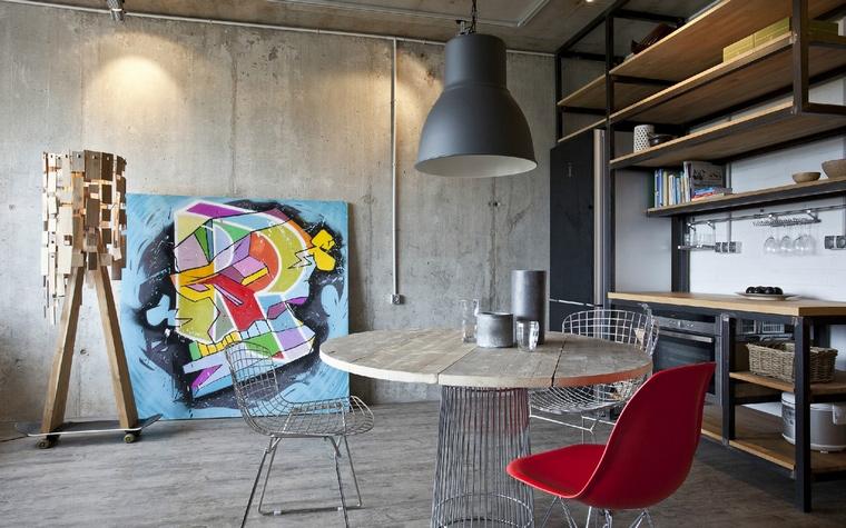 <p>Автор проекта: архитектурная студия &quot;Однушечка&quot;. Фотограф: Евгений Кулибаба.&nbsp;</p> <p>Кухонно-столовая зона сделана как мастерская художника. Любая абстракция здесь уместна.</p>