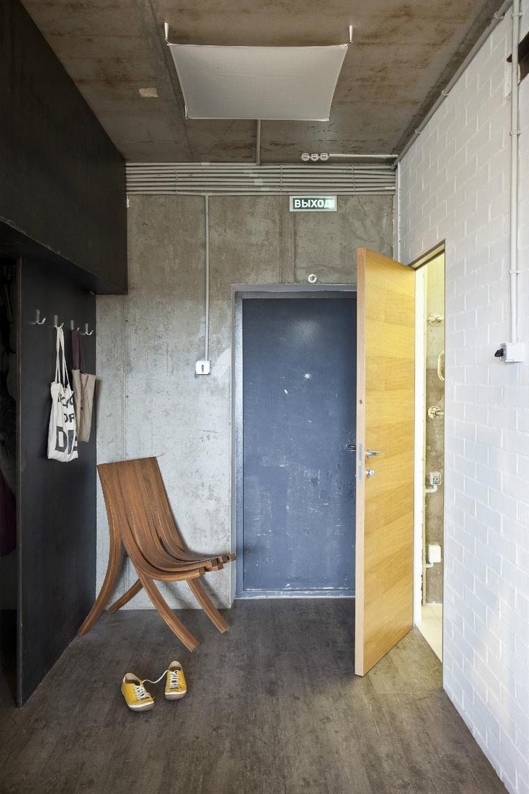 <p>Автор проекта:  Архитектурная студия &quot;Однушечка&quot;. Фотограф: Евгений Кулибаба.</p> <p>Совсем простым может быть дизайн узкой прихожей небольшой по площади. Состаренный стены, пол, единственный дизайнерский стул, при полном отсутствии шкафом и прочей мебели &ndash; все работает на успех. Чтобы сделать интерьер узкой прихожей более просторной, освободите ее от любых конструкций и деталей!</p>