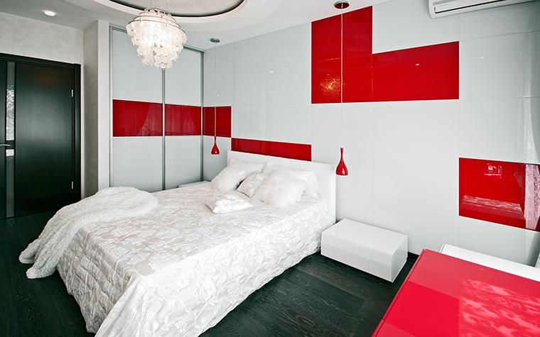 <p>Автор проекта: Виктория Нерсесянц.&nbsp;</p> <p>Интерьер спальни тоже может быть сделан в красно-белых тоннах. В данном случае, композиция закручивается не только на контрасте цветов, но и на контрасте фактур: белое кружево покрывала и глянец белых стен с алыми вставками. </p>