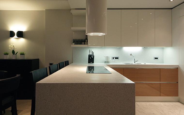 <p>Автор проекта: Виталий Билат.</p> <p>Тренд при оформлении современных кухонь в стиле минимализм &ndash; белый гарнитур с глянцевыми поверхностями.</p>
