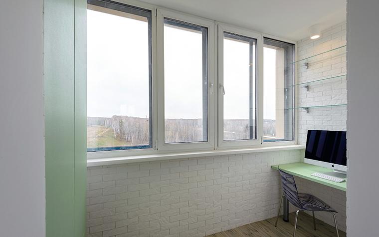 <p>Автор проекта: Ольга Симагина</p> <p>Минимализм этого балкона, превращенного в кабинет, очень уместен.</p>
