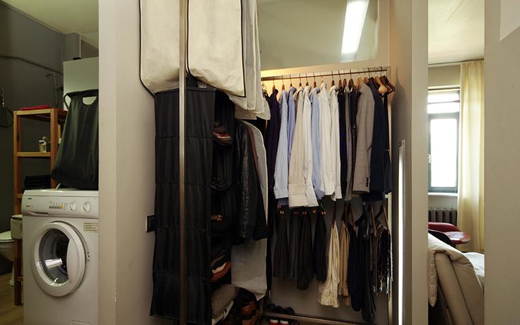 <p>Автор проекта: Наталия Галонская</p> <p>Небольшая гардеробная комната размещена между спальней и санузлом. Проходное помещение оборудовано двухуровневыми открытыми вешалками, зеркалом и потолочным светильником.&nbsp; </p>