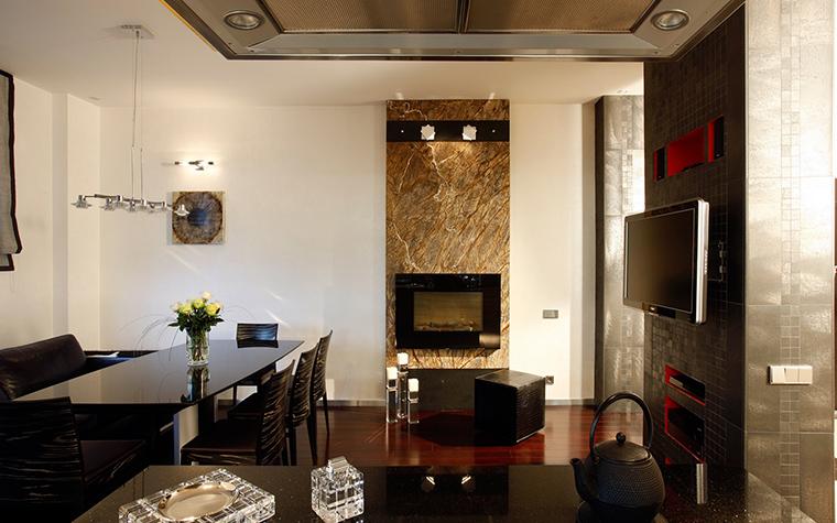 <p>Автор проекта: Николай Цупиков<br /> Фотограф: Евгений Лучин</p> <p>Минимализм этой гостиной-столовой подчеркнуто микширует геометрию камина, экранов и кухонной техники.</p>