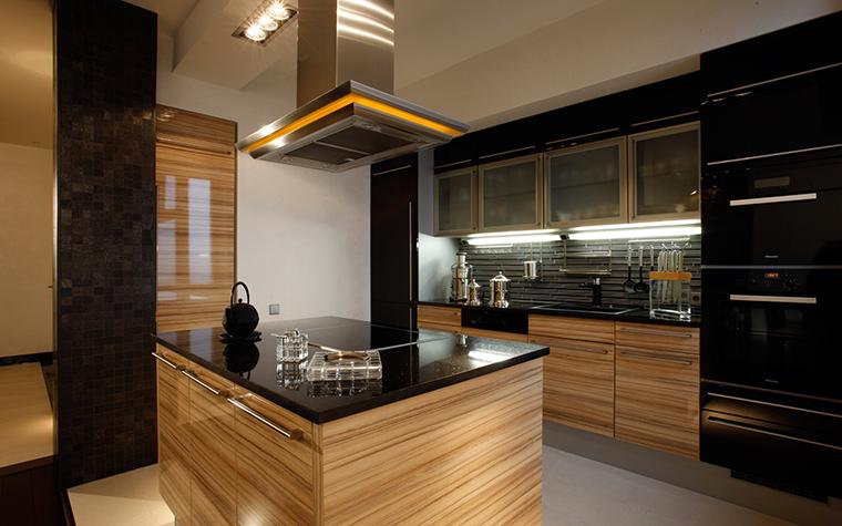 <p>Автор проекта: Николай Цупиков. Фотограф: Евгений Лучин.&nbsp;</p> <p>Эко-минимализму этой кухни с обилием дерева также не чужд черный.</p>