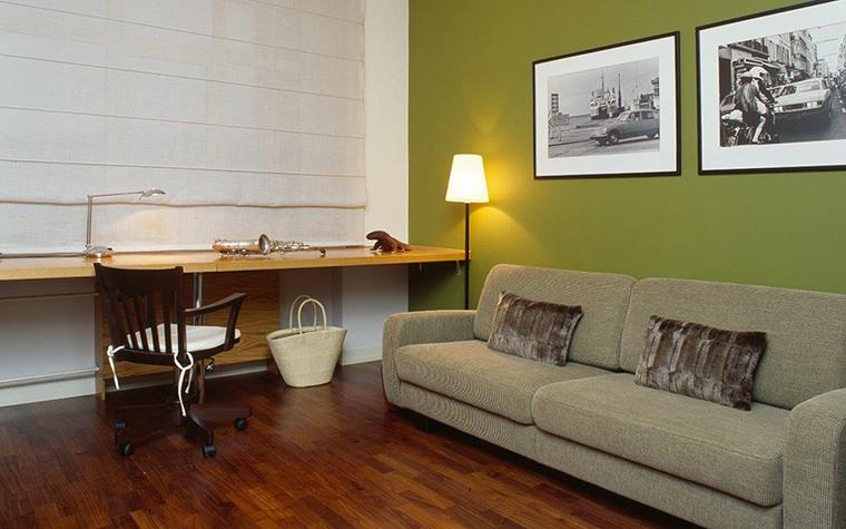 <p>Автор проекта: Алла Иванова</p> <p>Комната оформлена в современном стиле и спокойном монохроме. Но одну из стен дизайнеры сделали цвета зеленой травы. На этом фоне очень выигрышно смотрится серия черно-белых фотографий.</p>