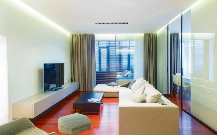 <p>Автор проекта: архитектурное бюро Arch.625.&nbsp;</p> <p>Навесной потолок гостиной оснащен скрытой светодиодной подсветкой. Этот прием позволил авторам добиться визуального эффекта парения потолка в воздухе.</p>