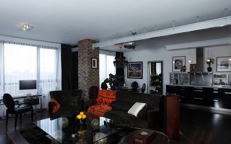 <p>Автор проекта: Ольга Кондратова.&nbsp;</p> <p>Черный пол - белый потолок, белые стены - черные шторы и мебель. Черный и белый присутствует в этом интерьере в равных количествах, что придает ему устойчивое равновесие. </p>