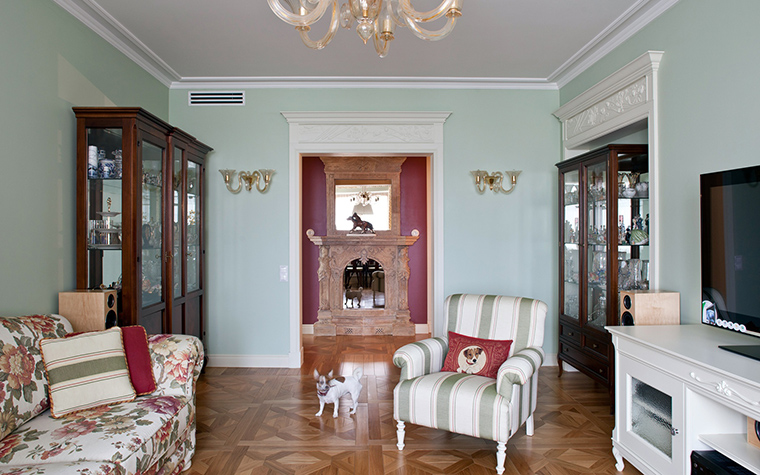 <p>Автор проекта: компания &quot;А&ndash;Дизайн&quot;.&nbsp;</p> <p>Эти интерьеры тяготеют к отечественной классике позапрошлого века, усадебной классике. Высокие потолки, зеленоватые стены, классическая мебель - все в стиле.</p>