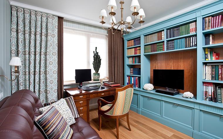 <p>Автор проекта: А-Дизайн</p> <p>В обстановке кабинета выделяется настенный стеллаж ярко-бюрюзового цвета. Он стал главной доминантой монохромного интерьера.</p>